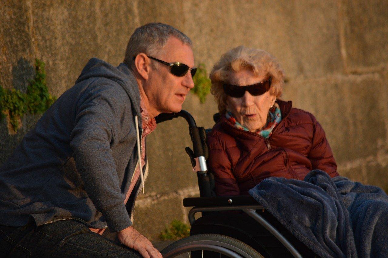 indennità-di-accompagnamento-nel-2021-anziana-invalida-e-accompagnatore