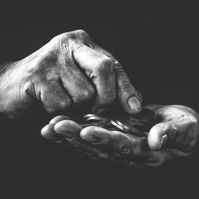 come-ottenere-gli-arretrati-della-pensione-d'invalidità-mani-anziano-con-soldi-bianco-e-nero